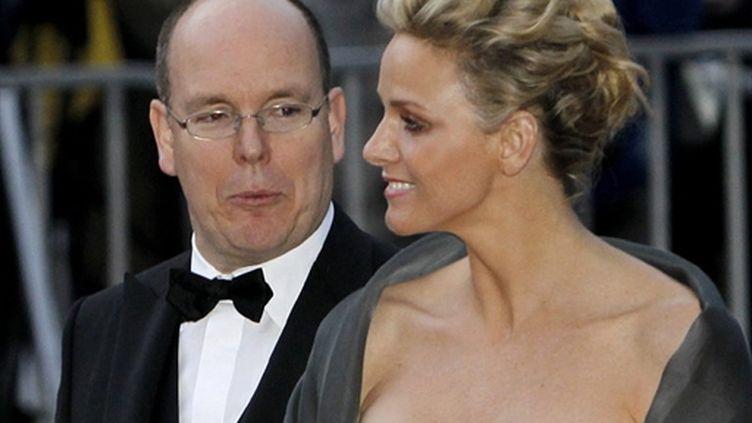 Le prince Albert et sa fiancée, le 19 juin 2010, au mariage de la princesse Victoria de Suède et de Daniel Westling. (AFP Daniel Sannul Lauten)