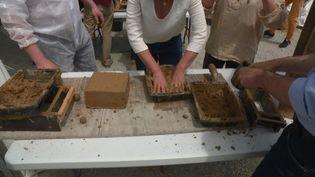 Un atelier pour apprendre à faire des briques en terre crue. (France 3 Nantes)