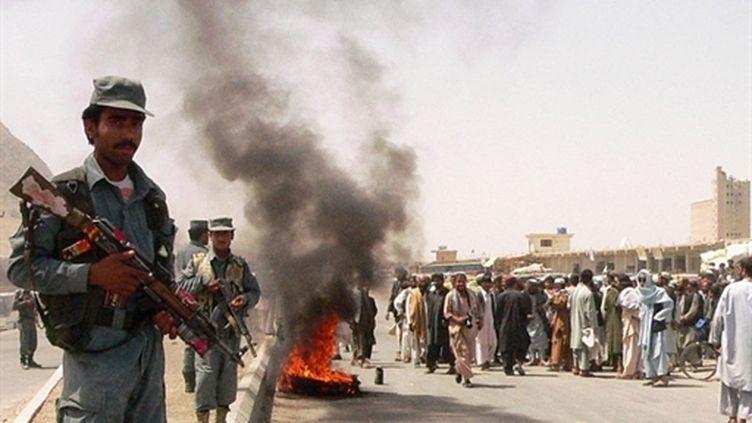 Protestations, à la périphérie de Kandahar, après la mort de quatre civils tués par l'Otan dans un bus (12 avril 2010) (AFP)