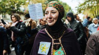 """Une manifestante porte une étoile jaune accolée à un croissant jaune avec l'inscription """"musulman"""" en anglais, le 10 novembre 2019, à Paris, lors de la marche contre l'islamophobie. (KARINE PIERRE / HANS LUCAS / AFP)"""