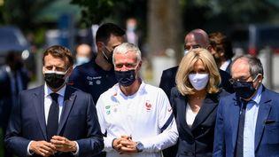 Le président de la République Emmanuel Macron accompagné par le sélectionneur des Bleus, Didier Deschamps, lors de sa visite à Clairefontaine dans les Yvelines, le 10 juin 2021 (FRANCK FIFE / POOL)