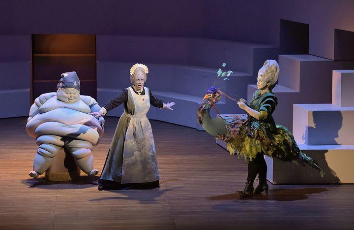 """""""Ercole Amante"""" à l'Opéra comique :Sommeil (une marionnette), Pasithée (Eugénie Lefebvre) et Junon (Anna Bonitatibus). (STEFAN BRION)"""