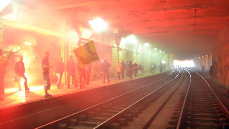 Des cheminots en grève bloquent les voies à l'intérieur de la gare de Montparnasse à Paris, le 17 juin 2014. (SAMBA / AFP)