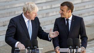 Le Premier ministre britannique Boris Johnson et Emmanuel Macron devant l'Elysée (Paris), le 22 août 2019. (GEOFFROY VAN DER HASSELT / AFP)