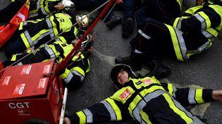 Au mois de novembre, les pompiers avaient obtenu des garanties sur l'âge de départ, mais certains professionnels estiment que le nouveau système remettrait en cause certaines des spécificités attachées à leur mission, comme ici à Marseille. (CLEMENT MAHOUDEAU / AFP)