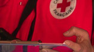 Les 75 000 salariés et bénévoles de la Croix-Rouge aident le personnel soignant dans la lutte quotidienne contre le Covid-19. Immersion avec une de leurs équipes. (FRANCE 2)
