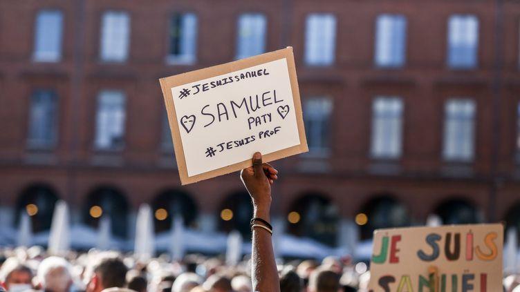 Des manifestants bradissent des pancartes #JeSuisSamuelPaty, lors d'un rassemblement à Paris le 18 octobre. (FREDERIC SCHEIBER / HANS LUCAS)