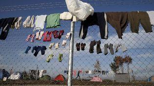 Des migrants ont accroché leurs vêtements sur l'un des grillages pour les faire sécher, le 2 mars 2016. (MARKO DJURICA / REUTERS)