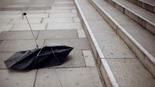 Croyant le parapluie abandonné, elle l'a emporté puis l'a jeté quand elle a vu qu'il était cassé. Mais le parapluie appartenait à sa collègue. (GETTY IMAGES)