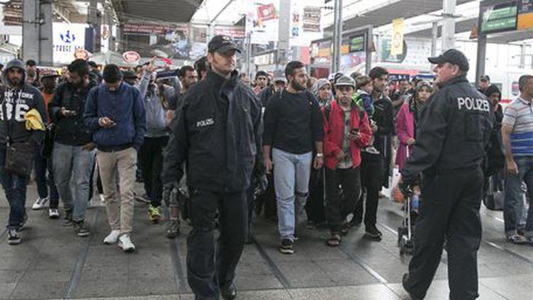 Des migrants arrivent en gare de Munich le 6 septembre 2015. (Reuters - Michael Dalder)