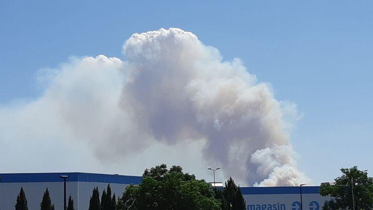 La colonne de fumée est visible à plusieurs kilomètres à la ronde, comme ici depuis Nîmes, le 2 août 2019. (SYLVIE DUCHESNE / RADIO FRANCE)