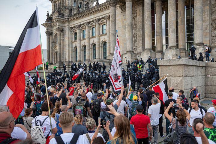 Les manifestants d'extrême droite face aux policiers, devant le Parlement allemand à Berlin le 29 août 2020. (ACHILLE ABBOUD / NURPHOTO / AFP)