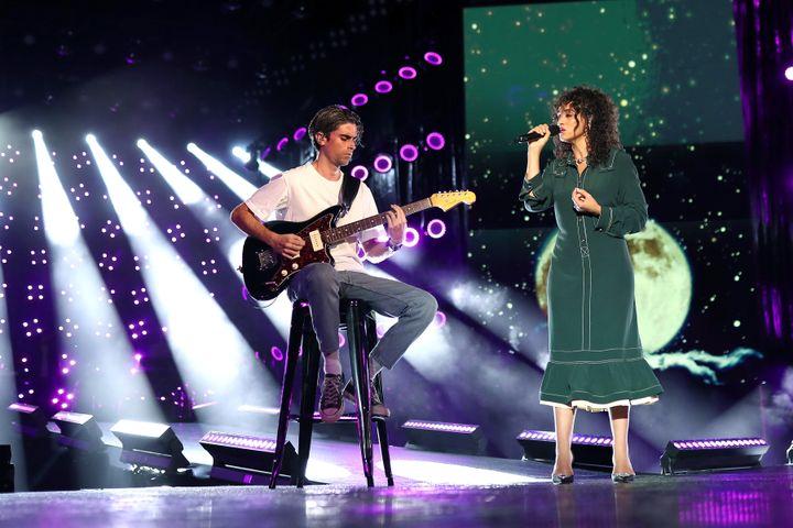 "Camélia Jordana interprète ""Facile"" sur la scène du Festival des festivals le 27 août 2020. (TIZIANO DA SILVA, VEEREN RAMSAMY/BESTIMAGE)"