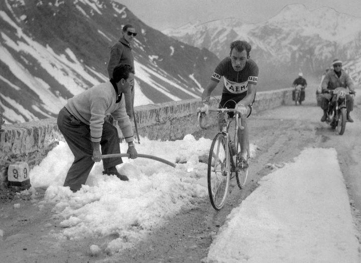 Le coureur luxembourgeois Charly Gaul lors d'une étape de montagne du Tour d'Italie, le 4 juin 1957. (GAMMA-KEYSTONE / GETTY IMAGES)