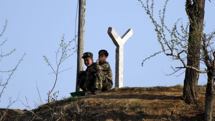 Deux soldats nord-coréens près de la frontièreavec la Chine, en mai 2017. (MAXPPP)
