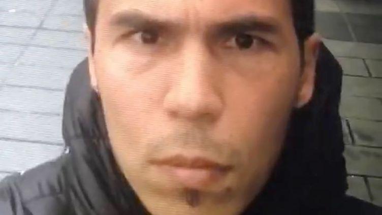 Cette photo publiée le 2 janvier 2017 par la police turque montre le principal suspect dans l'attentat de la boîte de nuit Reina à Itsnabul, qui a fait 39 morts. (HANDOUT / DOGAN NEWS AGENCY)