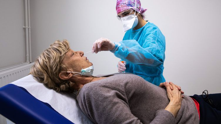 Une soignante effectue un pélèvement nasal pour dépister une éventuelle infection au coronavirus, l 6 avril 2020 (illustration). (ALEXIS SCIARD / MAXPPP)