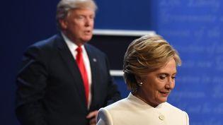 Hillary Clinto, candidate démocrate et Donald Trump, candidat républicain lors du débat télévisé du 19 octobre 2016 en vue de l'élection présidentielle américaine. (ROBYN BECK / AFP)
