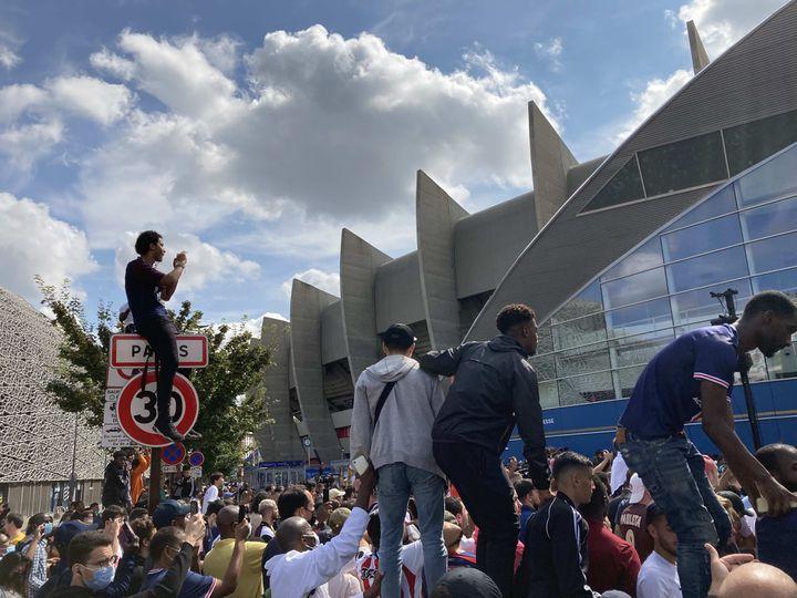 Tous les moyens étaient bons pour les supporters parisiens afin d'apercevoir Lionel Messi, le 11 août 2021 au Parc des Princes. (Adrien Hémard)