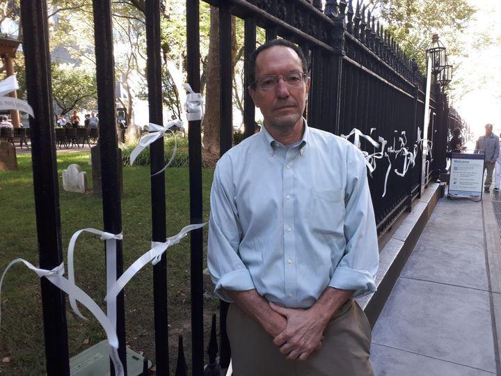 Le Dr Antonio Dajer pose devant la chapelle Saint-Paul, à New York, où de nombreux secouristes et rescapés avaient trouvé refuge après l'attaque sur le Wordl TradeCentresle 11 septembre 2011. (SANDRINE ETOA-ANDEGUE / FRANCEINFO)