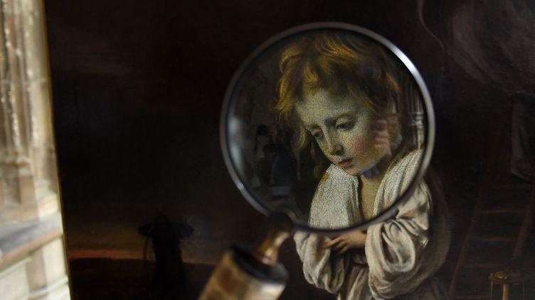 """""""L'Enfant Jésus en adoration de la croix"""" des frères Le Nain, passé à la loupe.  (GUILLAUME SOUVANT / AFP)"""