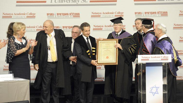 Nicolas Sarkozy s'est vu décerner un diplôme honoris causa du Collège académique de Netanya en Israël - 22 mai 2013 (DAVID BUIMOVITCH / AFP)