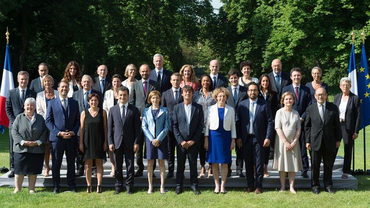 Le gouvernement Philippe pose pour la photo officielle dans les jardins de l'Elysée, le 22 juin 2017. (JACQUES WITT / POOL-REA / SIPA)