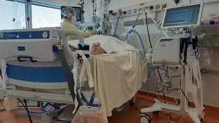 Un patient atteint du coronavirus en réanimation à l'hôpital Bretonneau de Tours (Indre-etLoire). Photo d'illustration.  (MARCELLIN ROBINE / FRANCE-BLEU TOURAINE)