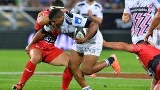 Jonathan Danty, rugbyman du stade français, face à des joueurs de Toulon, lors de la demi-finale du Top 14, Bordeaux (Gironde), le 5 juin 2015. (NICOLAS TUCAT / AFP)