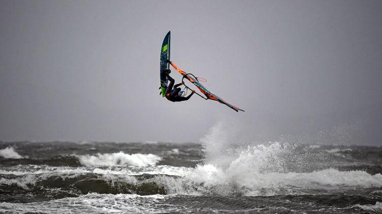 La tempête de Bella apporte pluie et vents forts sur les côtes britanniques avant de s'abattre sur la France, samedi 26 décembre. (ANDY BUCHANAN / AFP)