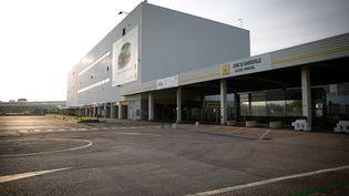 L'usine de Renault à Sandouville (Seine-Maritime), le 7 mai 2020 après la décision de justice imposant sa fermeture en raisons de risques liés à la pandémie de Covid-19. (LOU BENOIST / AFP)