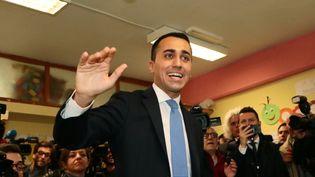Le leader du M5S, Luigi Di Maio, lors de son arrivée dans un bureau de vote de Naples (région de Campanie, Italie), dimanche 4 mars 2018. (CARLO HERMANN / AFP)