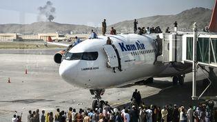Des milliers d'Afghans se sont précipités vers l'aéroport de Kaboul, contrôlé par les États-Unis, afin de fuir la capitaledésormaisaux mains des talibans. (WAKIL KOHSAR / AFP)