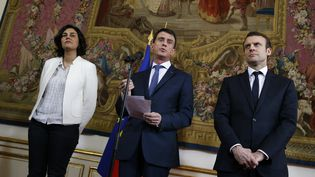 Manuel Valls, Myriam El Khomri et Emmanuel Macron donnent une conférence de presse à Matignon (Paris) après avoir rencontré les organisations étudiantes et lycéennes sur le projet de loi Travail, vendredi 11 mars 2016. (THOMAS SAMSON / AFP)