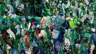 Des bouteilles en plastique destinées aurecyclage dans le centre de tri et de valorisation des collectes sélectives des déchets du Syctom, dans le 15e arrondissement de Paris, le 5 mai 2015. (MAXPPP)