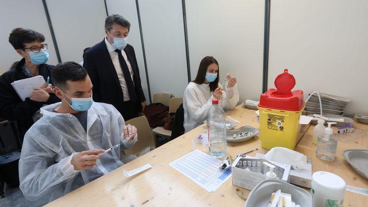 Visite du maire de Nice, Christian Estrosi, au Palais des expositions, transformé en centre de vaccination, le 23 mars 2021. (CYRIL DODERGNY / MAXPPP)