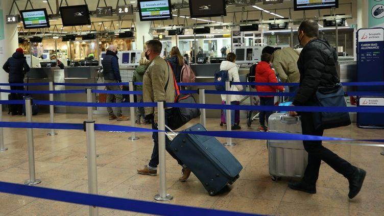 Des passagers à l'aéroport de Bruxelles (Belgique) le 23 décembre 2021. (DURSUN AYDEMIR / ANADOLU AGENCY / AFP)