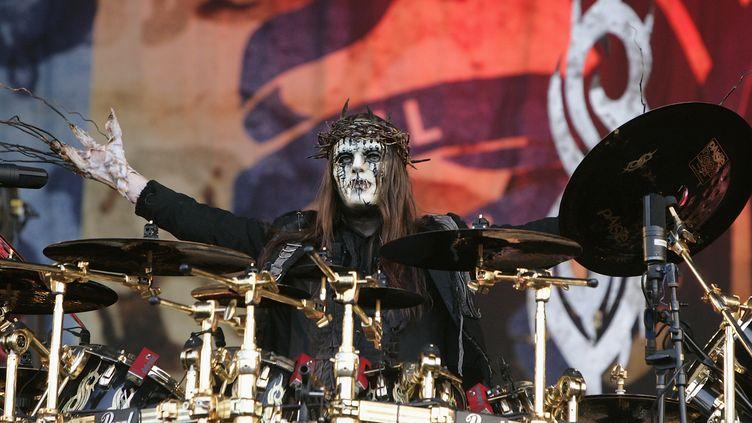 Joey Jordison, grimé et masqué derrière sa batterie, lors d'un concert de Slipknot à Castle Donington (Angleterre) le 13 juin 2009. (JO HALE / GETTY IMAGES EUROPE)