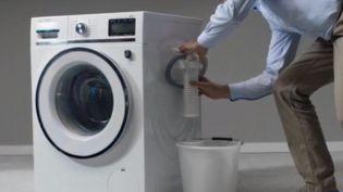 D'ici cinq ans, le gouvernement veut imposer aux fabricants de lave-linge l'installation de filtres pour retenir les microfibres. (FRANCE 3)