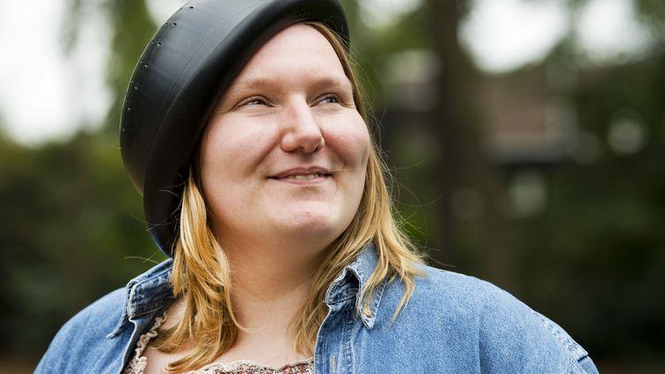 Mienke de Wildeporteune passoire à pâtes sur la tête, le 15 août 2018 à Nimègue (Pays-Bas). (PIROSCHKA VAN DE WOUW / ANP)