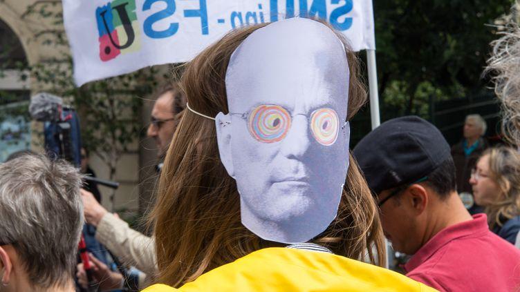 Une enseignante avec un masque carricaturant le ministre de l'Education, Jean-Michel Blanquer, lors d'une manifestation, le 13 juin 2019, à Paris. (RICCARDO MILANI / AFP)