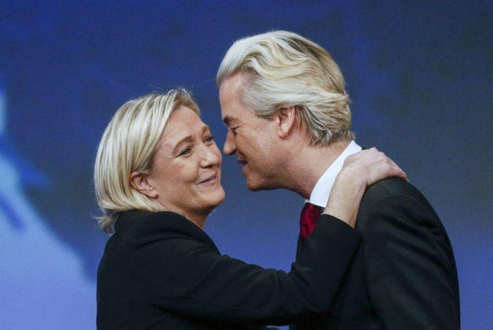 Accolade entre Marine Le Pen et le NéerlandaisGeert Wilders, lors du Congrès du Front national à Lyon (Rhône), le 29 novembre 2014. (© ROBERT PRATTA / REUTERS / X00222)