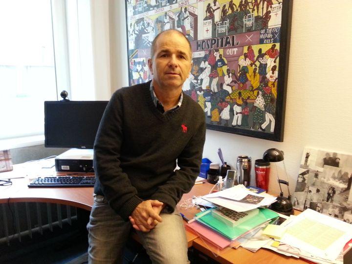 Le professeur Blaise Genton pose dans son bureau, le 10 décembre 2014, à Lausanne (Suisse). (YANN THOMPSON / FRANCETV INFO)