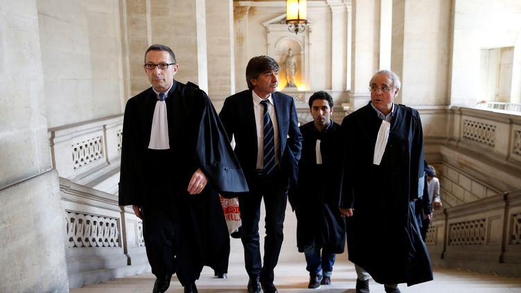 Michel Neyret (au centre) arrive avec ses avocats au tribunal correctionnel de Paris, le 9 mai 2016. (THOMAS SAMSON / AFP)
