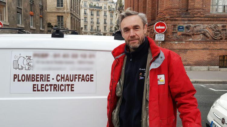 Olivier Beurton, plombier chauffagistedepuis seize ans en région parisienne. (BENJAMIN  ILLY / FRANCE-INFO)