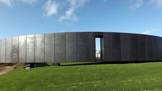 L'anneau de la commémoration de Ablain-Saint-Nazaire où sont gravés les noms des 580000 soldats de toutes nationalités tombés dans les Flandres. (CITIZENSIDE/THIERRY THOREL / CITIZENSIDE.COM)