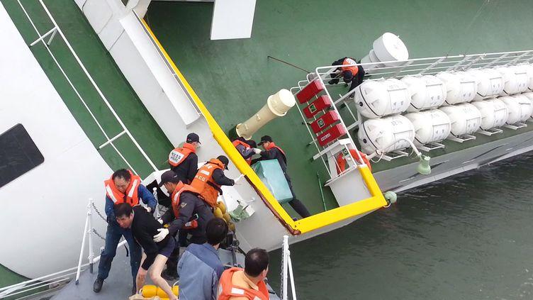 """Lee Joon-Seok,le capitaine du """"Sewol"""", quitte son navire en chandail et caleçon, le 16 avril 2014. (KOREA COST GUARD / AFP)"""