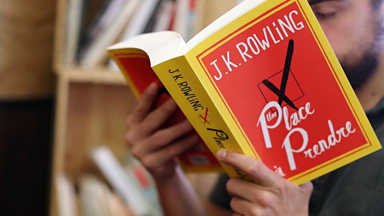 """Le dernier livre de J.K.Rowling, """"Une place à prendre"""", dans une librairie parisienne le jour de sa sortie, le 28 septembre 2012. (THOMAS SAMSON / AFP)"""