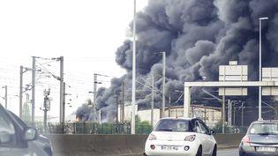 L'incendie a pris vers 14 heures dans un entrepôt de textile et chaussures de 10 000 m2, selon la préfecture de Seine-Saint-Denis. (CITIZENSIDE/ANN-DEE LAMOUR / CITIZENSIDE.COM / AFP)