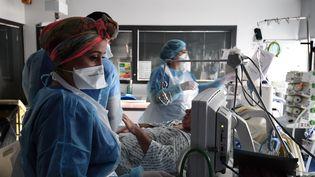 Dans le service de soins intensifs réservé aux malades du Covid-19 de lhôpital Tenon, à Paris, le mardi 26 janvier 2021. (ALAIN JOCARD / AFP)